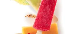 Bâtonnet de sorbet fraise, mojito et passion au lait concentré et décoration sucre et fruits