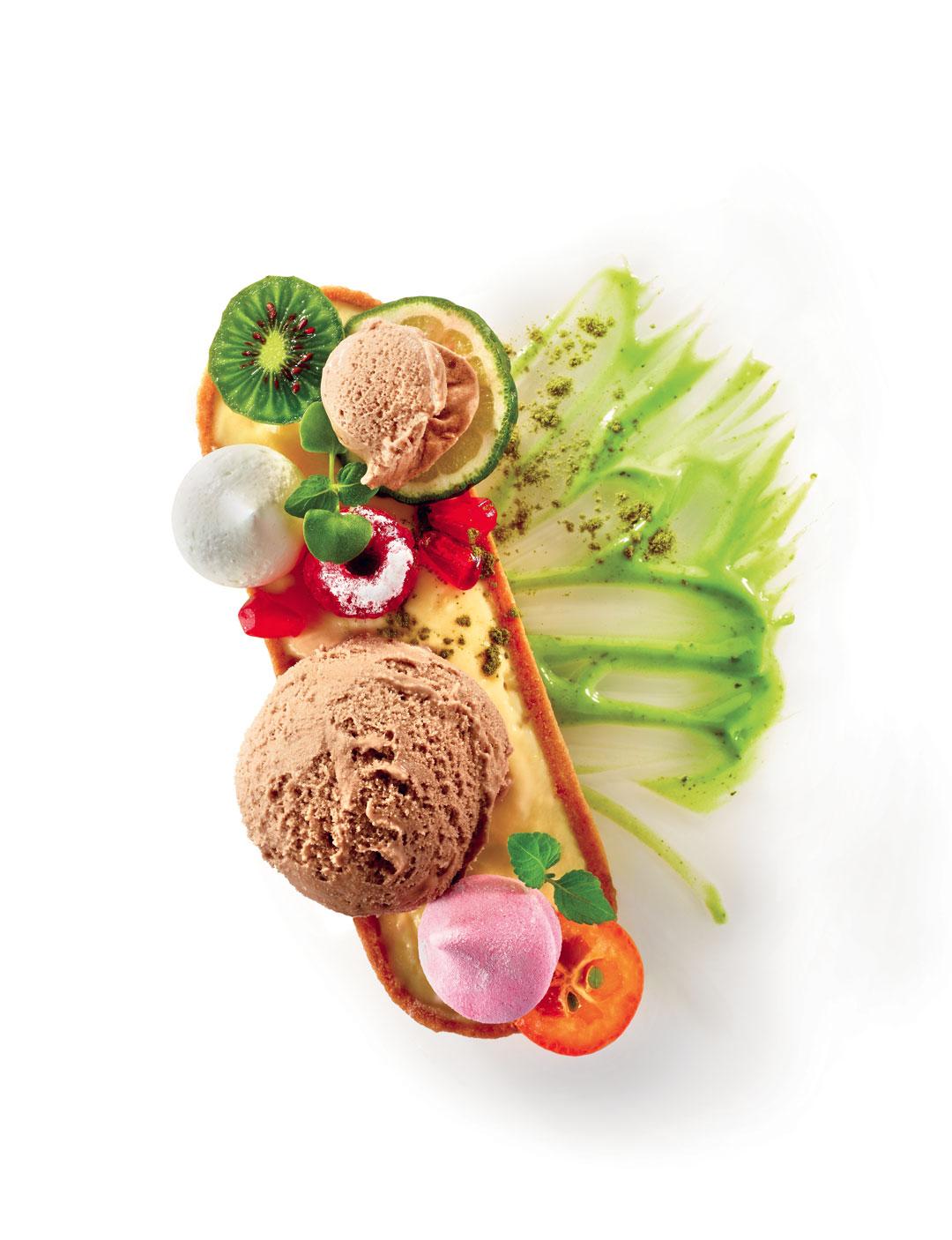 Crème glacée acaï, crème et poudre de thé vert matcha, tarte au citron, fruits exotiques et guimauves