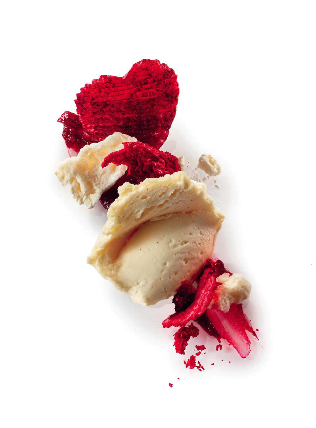 Crème glacée yaourt au lait de brebis vanille bio, red velvet cake, pétales de betterave, éclaté de meringue et écrasé de fruits rouges