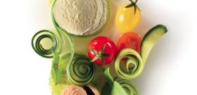 Glace yaourt au lait de brebis bio, glace tomate, tarentelles de tomates vertes, rouges et jaunes, tagliatelles de concombres, basilic et ail noir