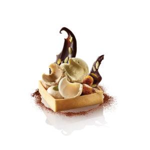 Trio de sorbets pistache, amande, noisette, dans sa coque de pâte brisée, mendiants et fruits secs caramélisés