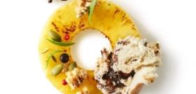 Ananas rôti aux épices, éclats de granola, mendiants, et glace banane coulis cacao noisette