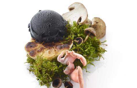 Panier de champignons, gousse d'ail confite et crème glacée Ail noir