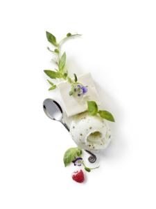 Tige de basilic thaï, vacherin cubique framboise, sorbet Basilic, framboise et fleurs